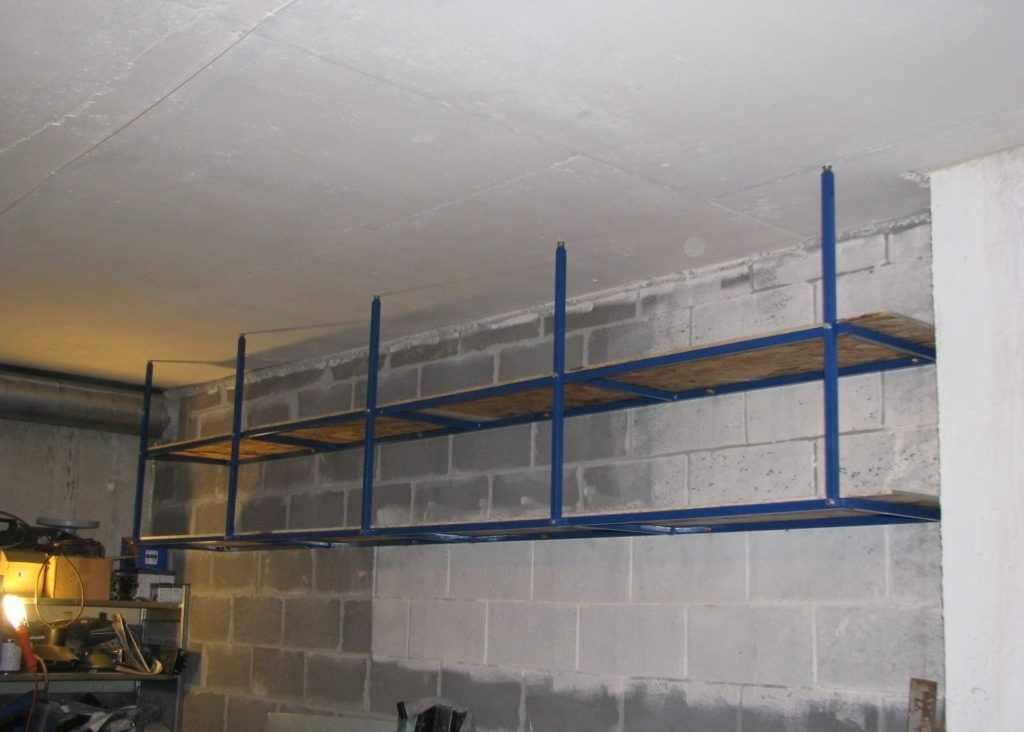 Подвесные полки в гараже
