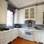 Шикарная белая мебель на кухне