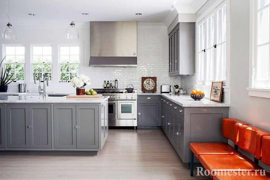 Яркий акцент в серо-белом интерьере кухни