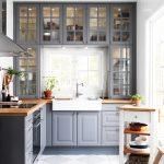 Кухня с белыми стенами и серой мебелью