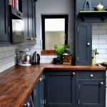 Темно-серая кухонная мебель со столешницей из дерева