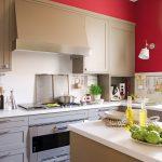 Красная стена и серая мебель на кухне
