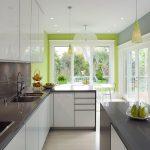 Люстры и точечные светильники в освещении кухни