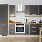 Сочетание серого цвета и светлого дерева на кухне