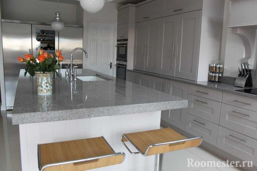 Стол-остров с мраморной столешницей на кухне