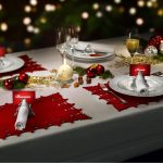 Декор новогоднего стола елочными игрушками, гирляндами и орехами