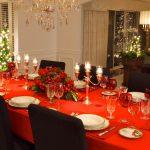 Красная скатерть- идеальный вариант к праздничному столу