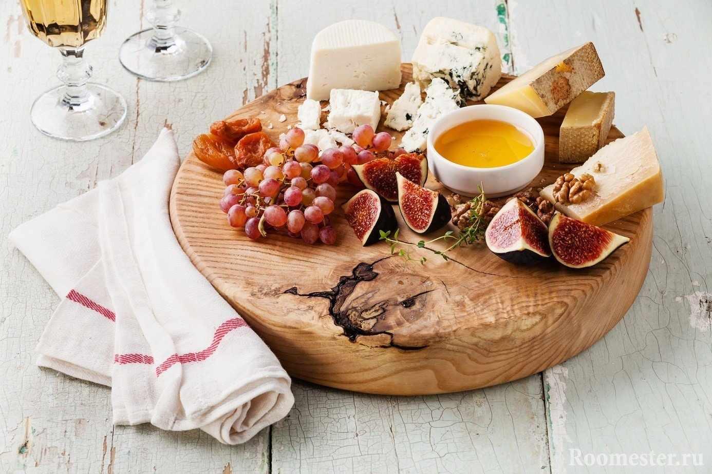 Пример как красиво подать сырную тарелку с фруктами