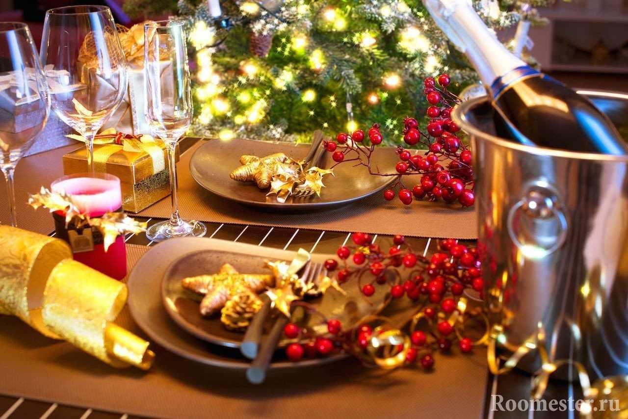 Веточки рябины- идеальный вариант декора новогоднего стола