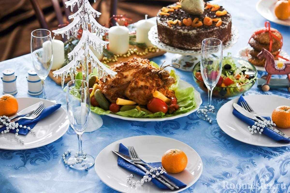 Яркие мандарины на голубом столе