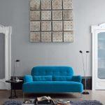 Ковер у синего дивана