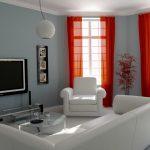 Красные шторы и белая мебель в сером интерьере гостиной
