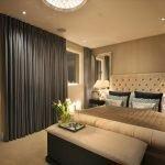 Однотонные серые шторы в бежевой спальне