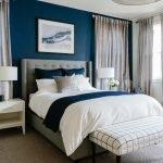 Синие стены и светло-серые шторы в спальне