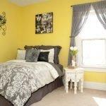 Желтые стены и серые шторы в спальне