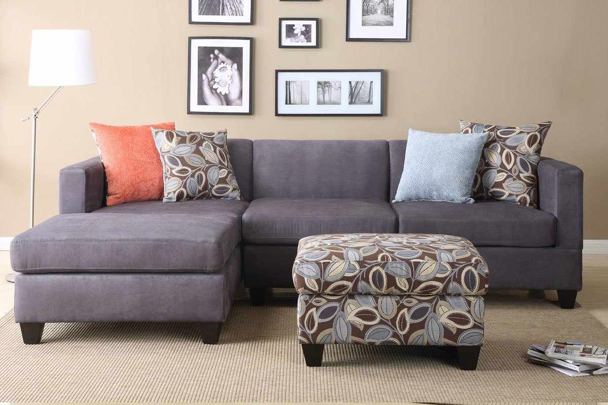 Интерьер с серым диваном