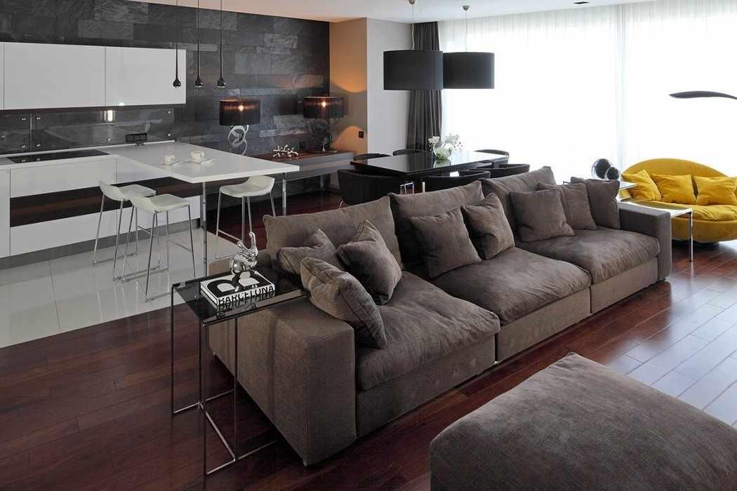 Небольшой серый диван в интерьере квартиры-студии