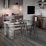 Столик с ножками из камня на кухне