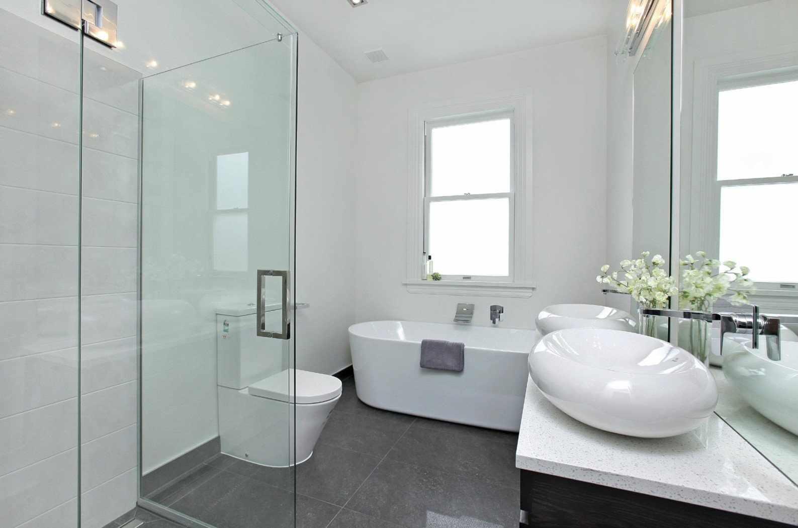 Серый пол в ванной комнате