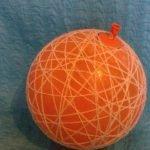Смачиваем нитки в клею и обматываем шарик