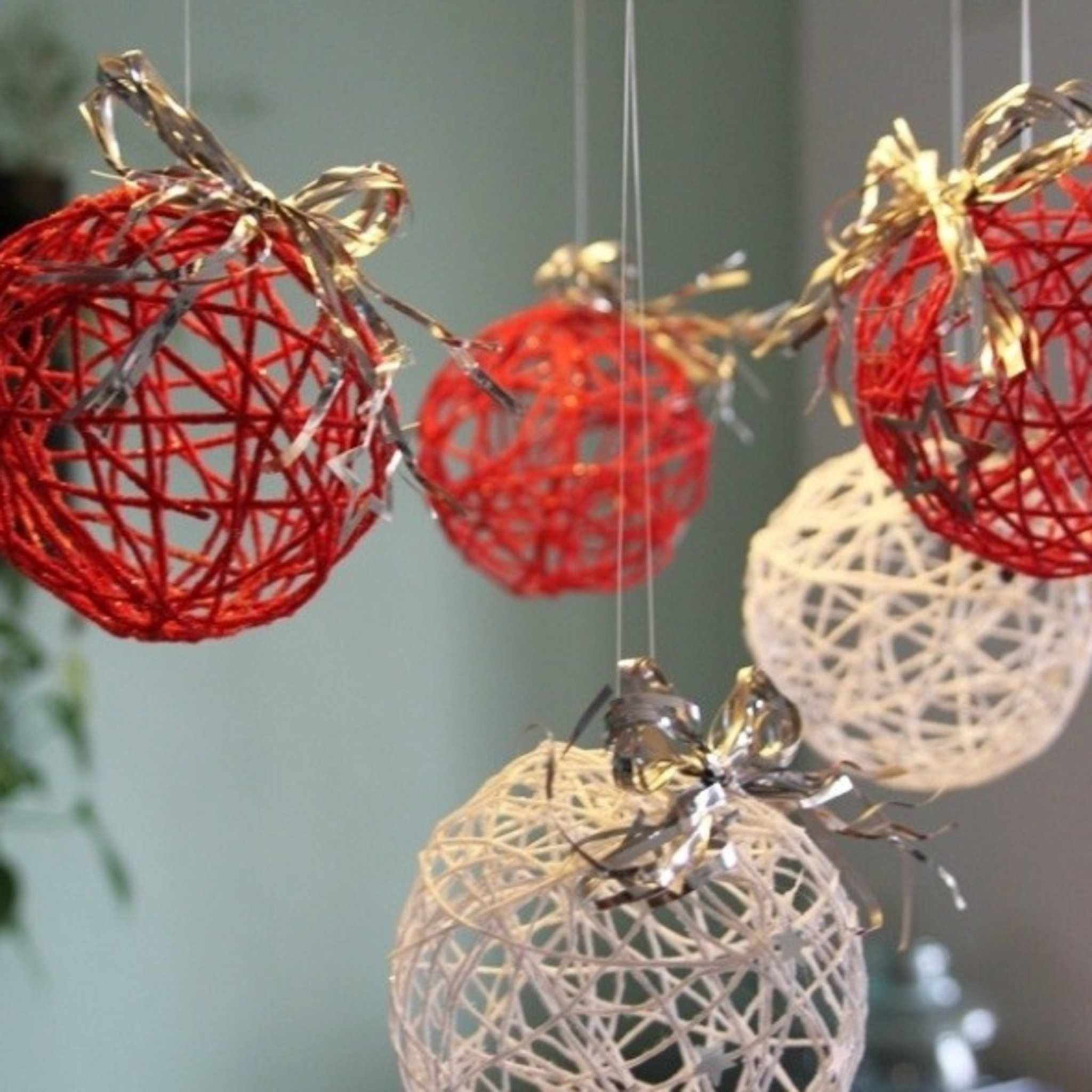 Праздничная композиция с шарами из ниток