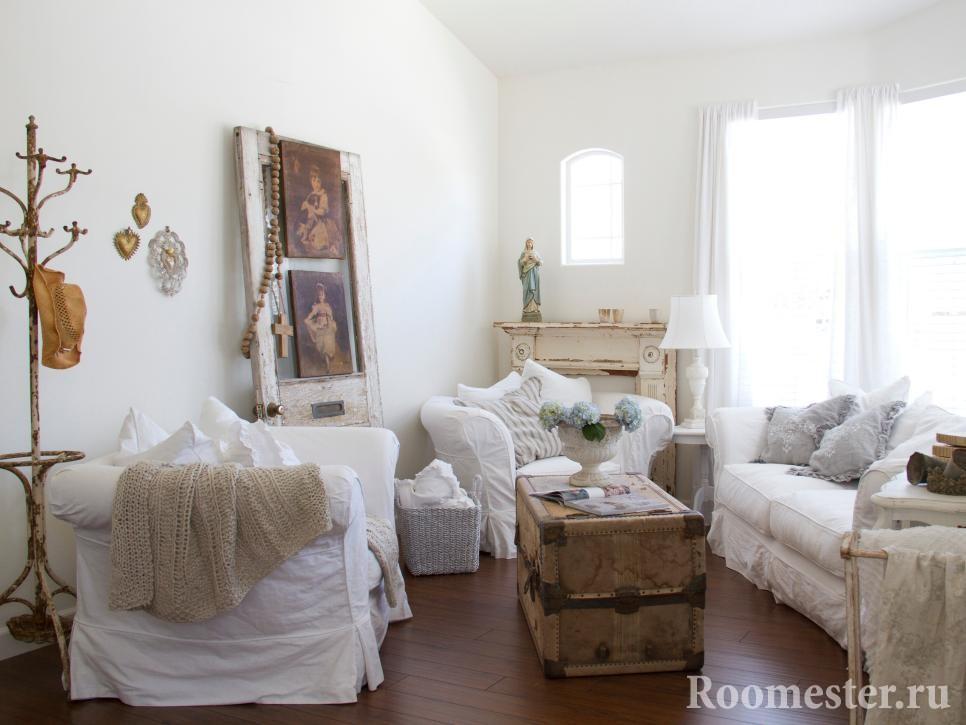 Гостиная с состаренной мебелью