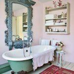 Ванная комната с зеркалом возле ванны