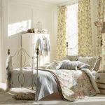 Кованная кровать в спальне