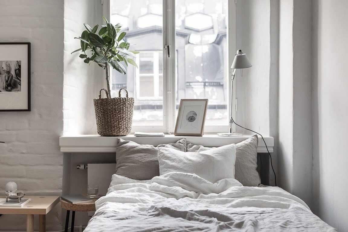 Спальня с окном в изголовье