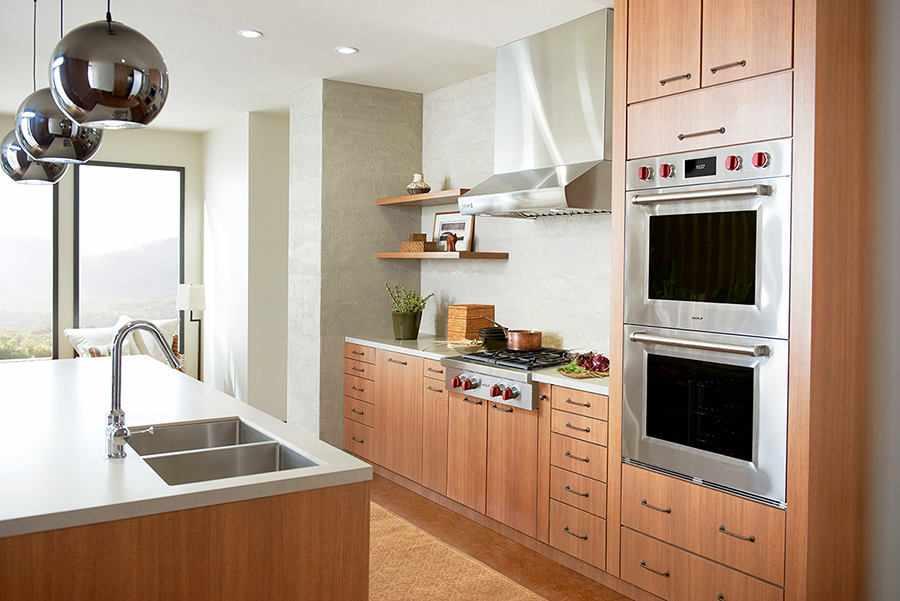 Шкаф под духовку рядом с плитой