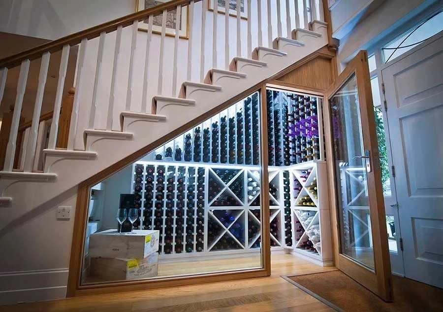 Стеклянный шкаф-витрина под лестницей