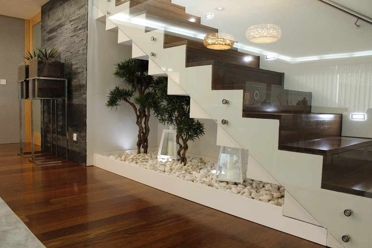 Декоративная отделка шкафа под лестницей