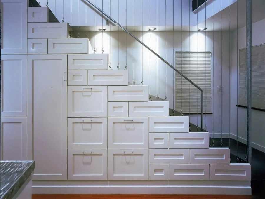 Размещение шкафа под лестницей