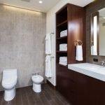 Коричневый шкаф в туалете