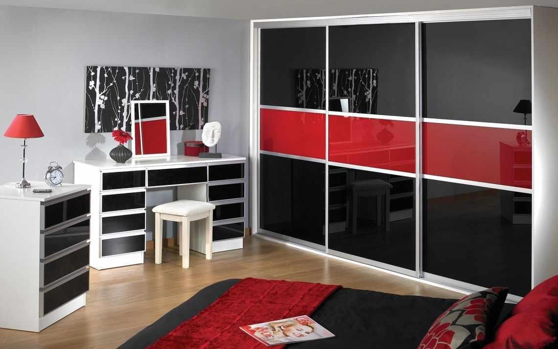 Черно-красный шкаф-купе из лакобеля в интерьере спальни