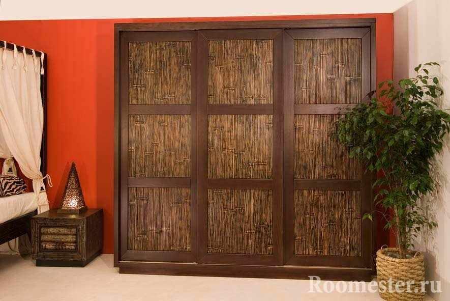 Шкаф-купе из бамбука в спальне