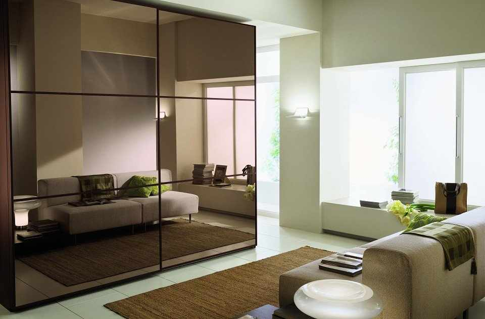 Зеркальный шкаф-купе в интерьере гостиной