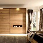 Интерьер спальни со шкафом-купе под дерево