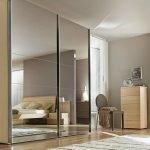 Интерьер спальни с зеркальным шкафом-купе