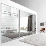 Зеркальный шкаф-купе в белом интерьере спальни