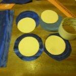 Нарезаем круги из картона и ткани