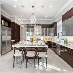 Холодильник стального цвета на кухне