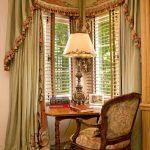 Старинные столик с креслом, лампа и шторы