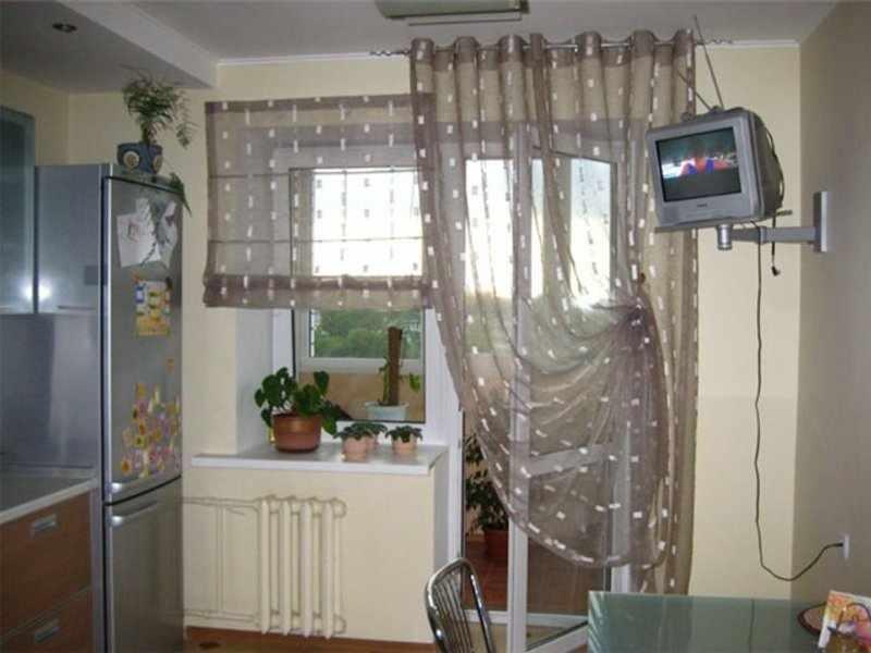 Гардины на кухне с балконом