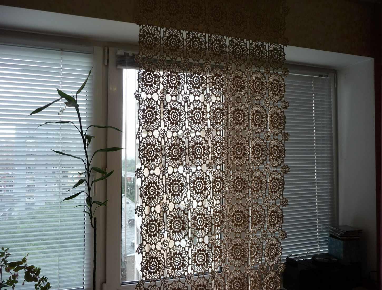Вязанные шторы на кухне с балконом