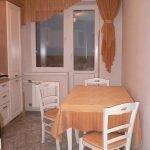 Белые стулья и стол на кухне