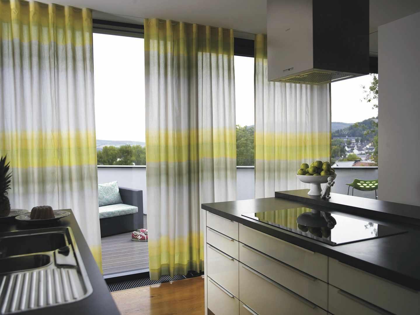 Оформление шторами кухни с балконом по советам дизайнеров