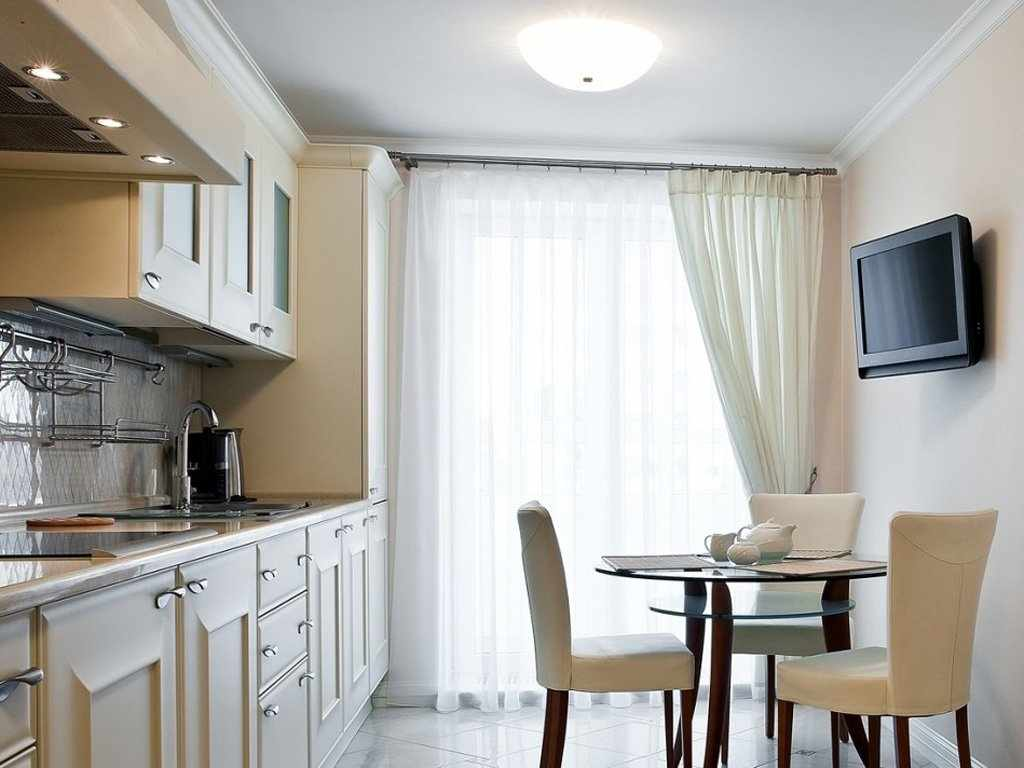 Длинные шторы на кухне с балконом