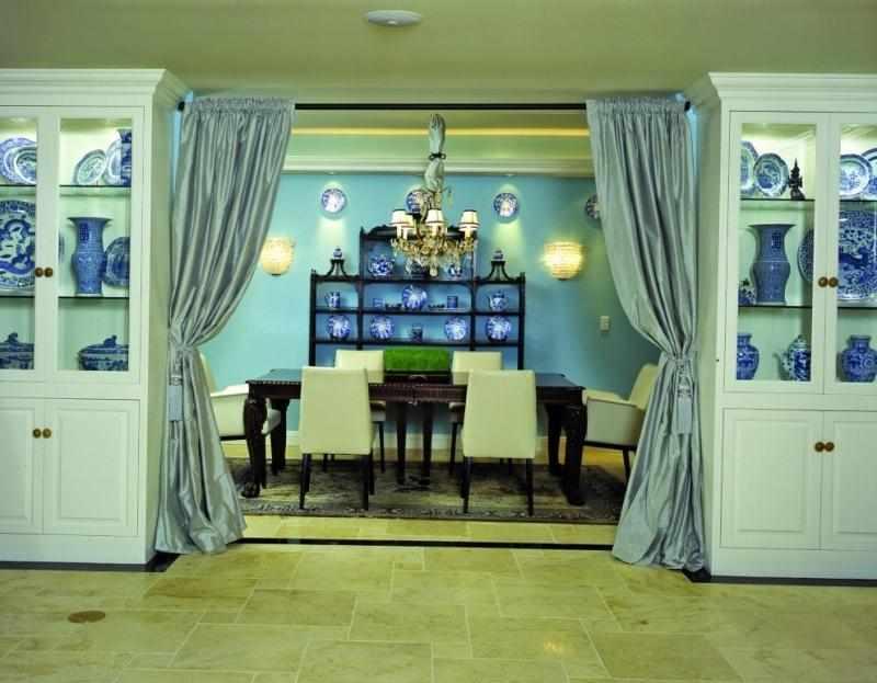 Голубые шторы на дверном проеме