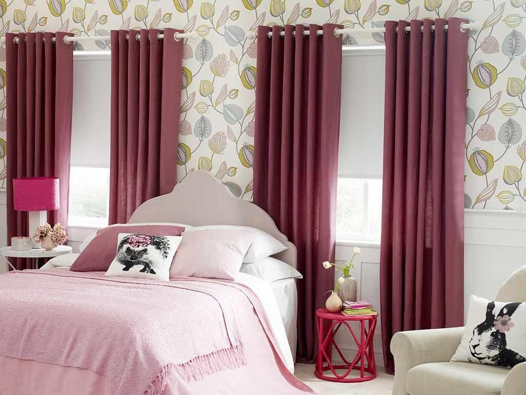 Кровать между окнами